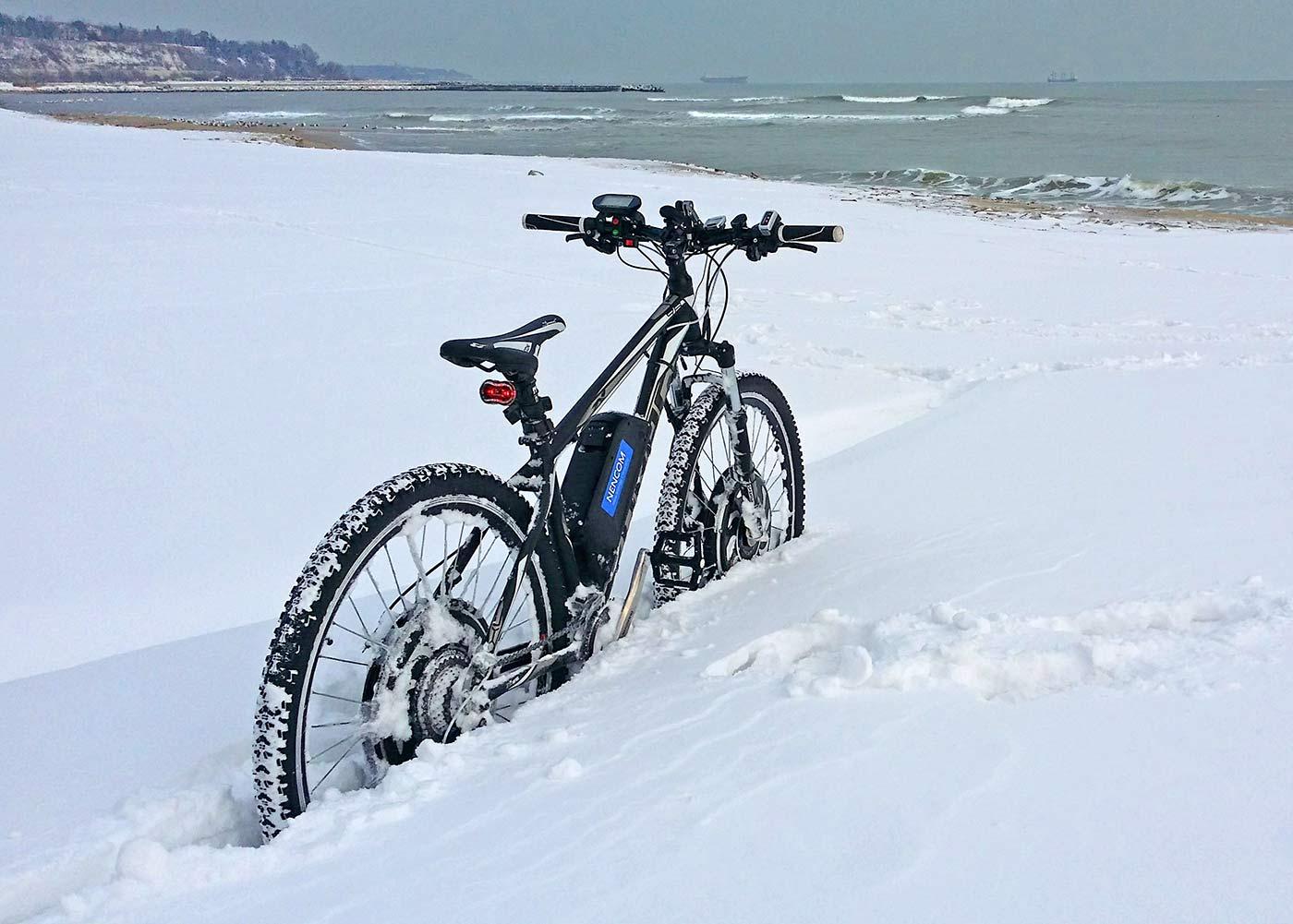 Пълноприводен байк в дълбок сняг
