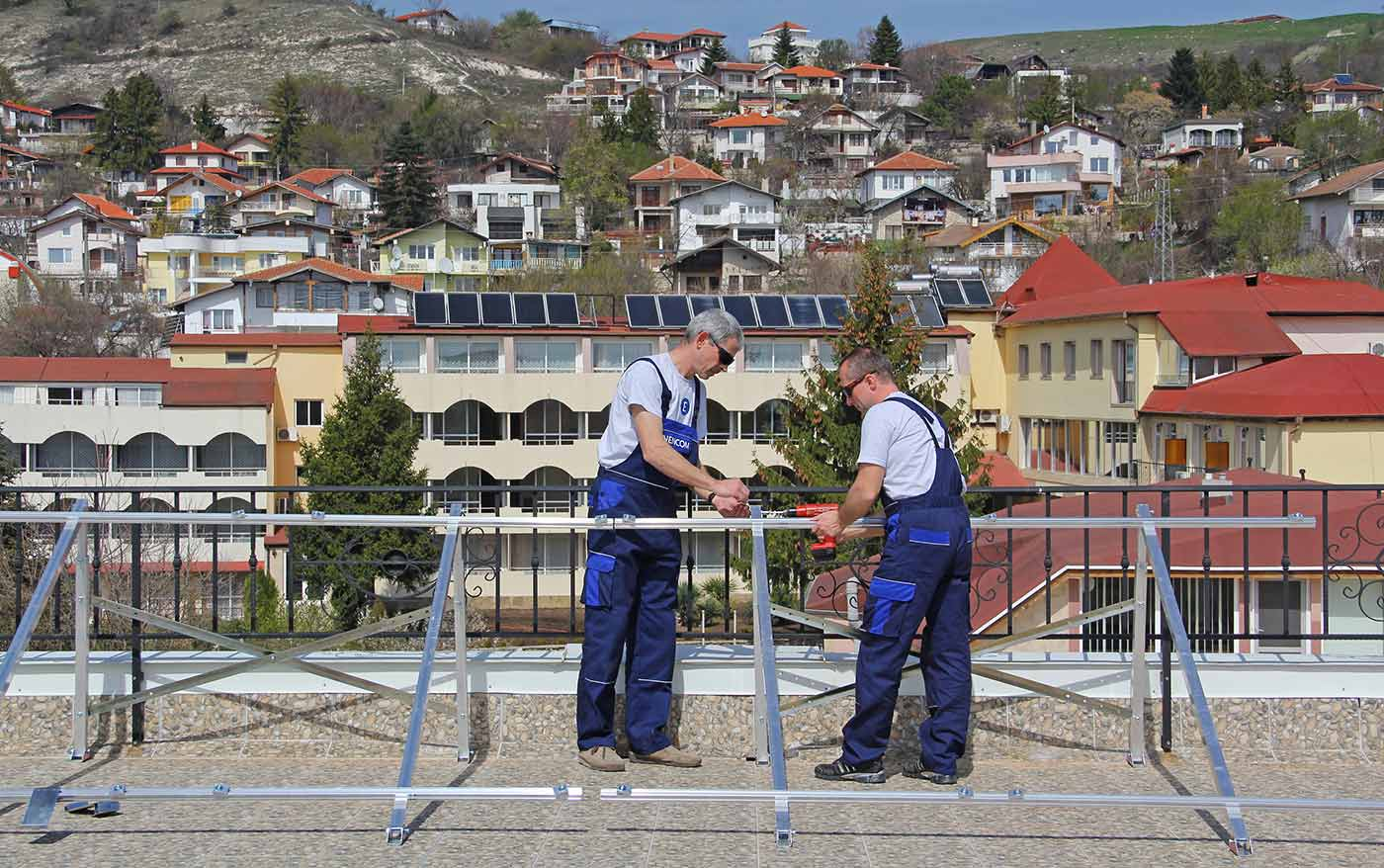 Монтираме стойки за слънчеви колектори