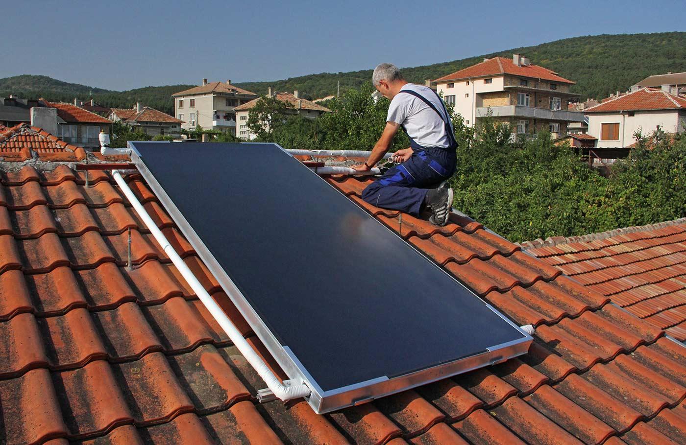 Инсталиране на слънчев колектор VIESSMANN Vitosol FM на покрива на къща