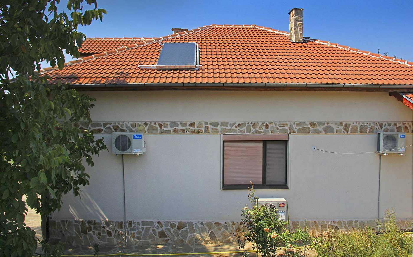 Слънчев колектор VIESSMANN на покрива на дома