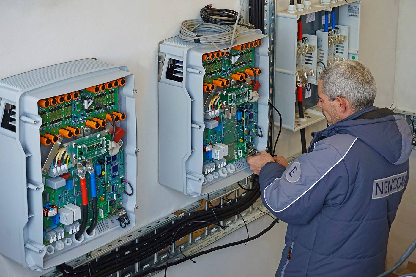 Connecting the inverters SMA Sunny Island to the DC-breaker